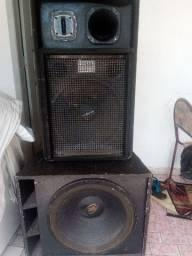 Caixa de som acústica profissional.
