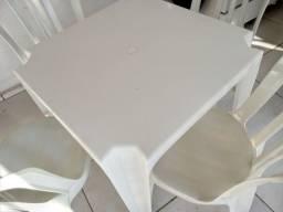 Mesa com 4 cadeiras usadas