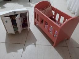 Vendo BERÇO em madeira para boneca E ARMÁRIO em MDF  com várias  roupinhas para bonecas.