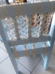 1 mesa com 2 cadeiras (detalhes em macramê)