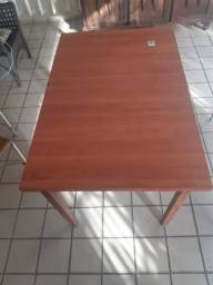 Vendo conjunto de mesa e cadeira.
