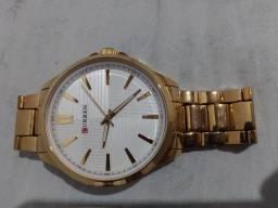 Relógio na cor dourada