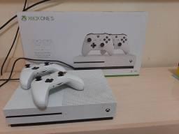 Xbox one s 1 tera e 2 controles originais acompanha game pass por 3 meses
