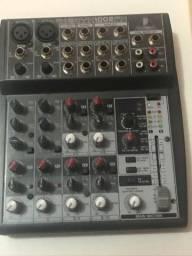 Mesa de som Behringer Xenyx1002FX.