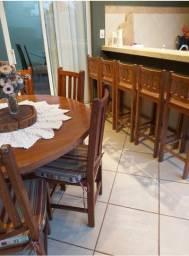 Jogo de mesa com 6 cadeiras, aparador e banquetas em madeira