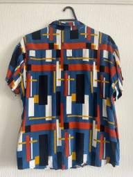 camisa estampada geometricamente