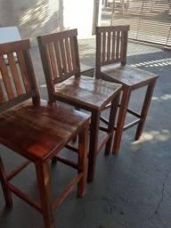 Mesas e cadeiras ,banquetas .