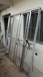Vendo porta balcão s/ alguns vidros
