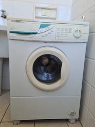 Máquina de lavar roupas na cor branca, marca Continental