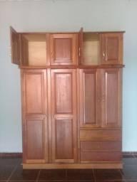 Guarda roupa de madeira maciça em perfeito estado