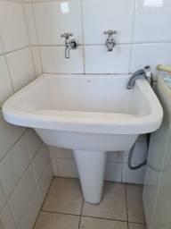 Tanque de lavar roupas branco de porcelana com coluna