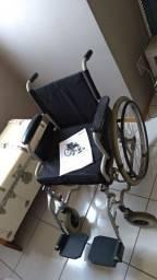 Andador e uma cadeira de rodas.
