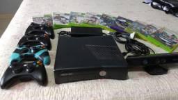 XBOX 360 Com 9 Jogos (em CD), 4 controles e Kinect