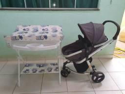 Carrinho de bebê e banheira com trocador