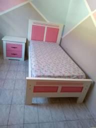 Vendo cama com colchão e criado, em madeira