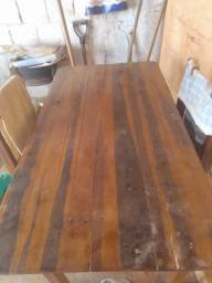 Vendo está mesa com 4 cadeiras de madeira
