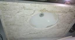 Bancada em mármore travertino bege com pia