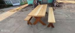 Mesa e bancos de madeira.