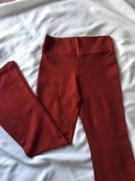 calça vermelha flare
