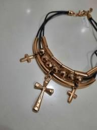 Colar em couro e detalhes em cruz