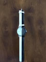 Relógio preto e branco analógico