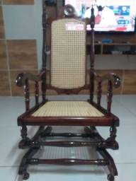 Cadeira colonial antiga.