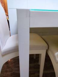 Mesa de madeira com vidro temperado (com marquinhas de uso)