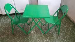 Cadeirinha e mesa de criança em ferro dobrável