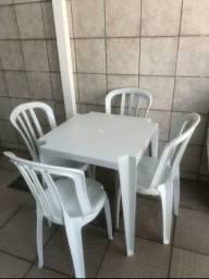 Conjunto de 4 cadeiras 1 mesa.