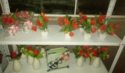 Arranjos rosas vermelhas no artificial