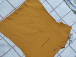 T-shirt amarela mostarda.