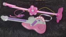 Guitarra e microfone infantil.