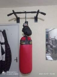 Um saco de pancada um par de luva uma barra para flexão