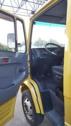Mb 710 mercedinha com baú - 2010