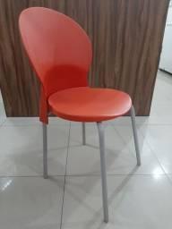 Cadeira em polipropileno vermelha com a base cinza (usada).