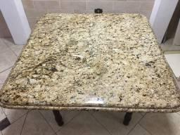 Mesa de granito com borda trabalhada