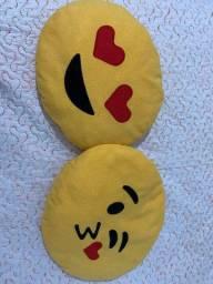 Duas almofadas de emoji