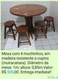 Mesa em madeira com banquinhos