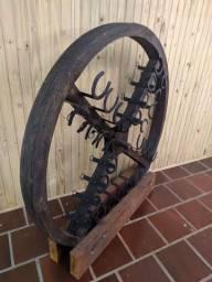 Adega de roda de moinho com ferraduras.
