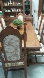 Mesa de madeira maciça trabalhada