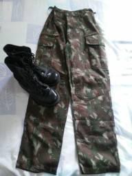Calça com estampa militar e coturno