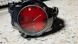 relógio analógico da Oakley fundo vermelho