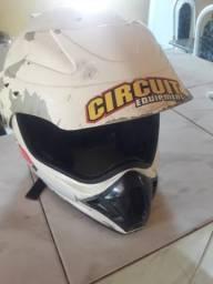 Vende se um capacete moto cross
