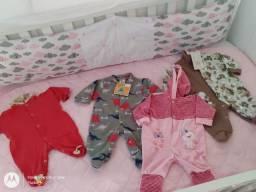 Lote de roupas de bebê e fraldas