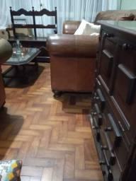 Conjunto de móveis em estilo colonial