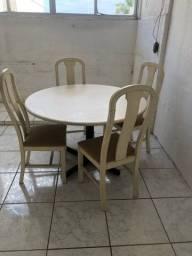 Ótima mesa c 4 cadeiras