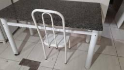 Mesa de pedra com 4 cadeiras