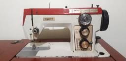 Máquina de costura elétrica e a pedal