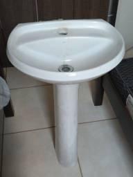 Lavatório de banheiro com coluna