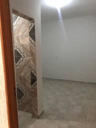 Alugo 1 cômodo com banheiro